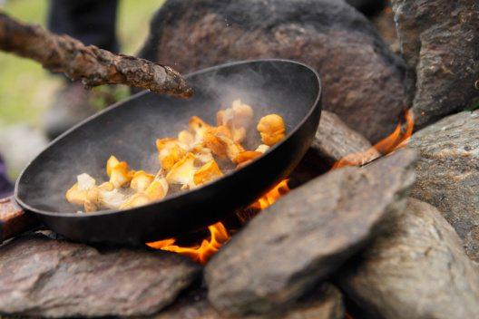 Suedtirol, Ultental, Kaserfeld-Alm, die Kinder haben frische Pfifferlinge im Wald gesammelt und braten diese am offenen Feuer (Bild: © Tourismusbüro Ultental)