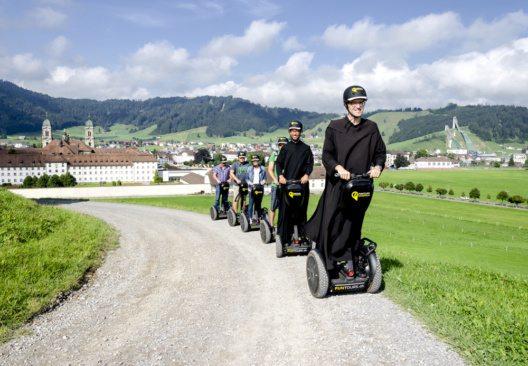 Einheimische Führer begleiten ihre Gäste auf dem Bike, Segway oder zu Fuss durch die Region Einsiedeln. (Bild: Einsiedeln Tourismus)
