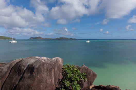 Sicht auf Curieuse Island von Praslin (Bild: © SeyVillas)