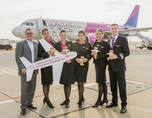 Erstflug nach Kutaissi in Georgien. Wizz Air bereichert Flugplan ab Berlin-Schönefeld um eine neue Destination. V.l.n.r.: Simon Miller (Aviation Marketing, Flughafen Berlin Brandenburg GmbH), Csilla Bona (Cabin Crew, Wizz Air), Biella Menö (Senior Cabin Crew, Wizz Air), Kim Sziertes (Cabin Crew, Wizz Air), Agrueseka Krzakaka (Senior Cabin Crew, Wizz Air), Jurriaan Westerduin (Senior First Officer, Wizz Air)
