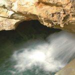 Thermalwasserquelle in der Taminaschlucht