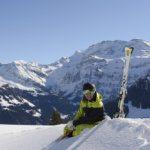 Relaxter Skifahrer vor Wildstrubel (Bild: © Lenk Simmental Tourismus - swiss-image.ch/Stefan Hunziker)