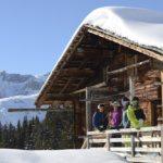 Alphuettli mit Schneesportlern (Bild: © Lenk Simmental Tourismus - swiss-image.ch/Stefan Hunziker)