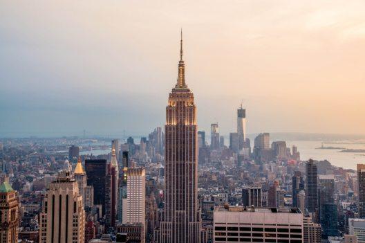 """Sonnenaufgang einmal anders - die Aussichtsplattform des Empire State Building erlaubt eine atemberaubende """"Sunrise Experience"""". (Bild: © cocozero - shutterstock.com)"""