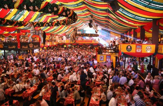 In jedem Wiesn-Zelt herrscht eine ausgelassene Stimmung. (Bild: Pavel L Photo and Video – Shutterstock.com)