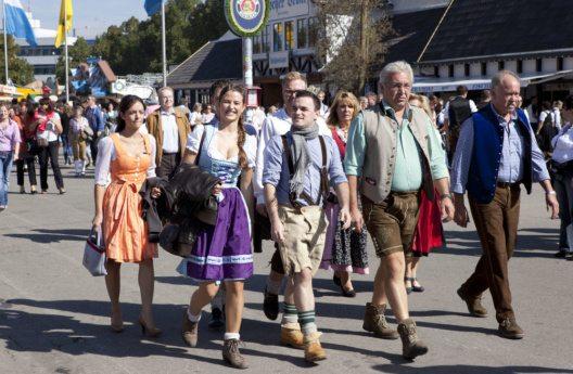 Dirndl und Lederhos'n gehören zum Oktoberfest einfach dazu. (Bild: purplequeue – Shutterstock.com)
