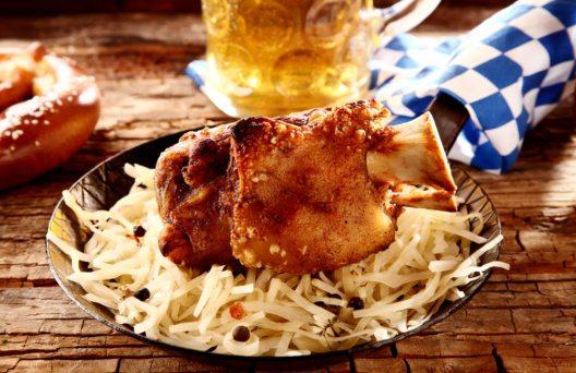 Wiesn-Besucher geniessen auf dem Oktoberfest die ganze Partitur der bayerischen Küche. (Bild: Stockcreations – Shutterstock.com)