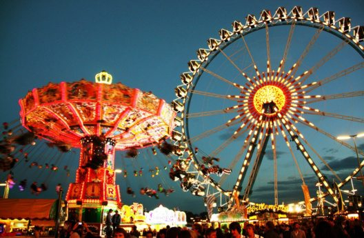 Das Oktoberfest beherbergt auch viele historische Fahrgeschäfte. (Bild: Intrepix – Shutterstock.com)