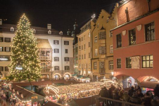Der Christkindlmarkt in der Innsbrucker Altstadt zählt zu den traditionellsten Märkten Tirols. (Bild: Advent in Tirol / Innsbrucker Bergweihnacht)