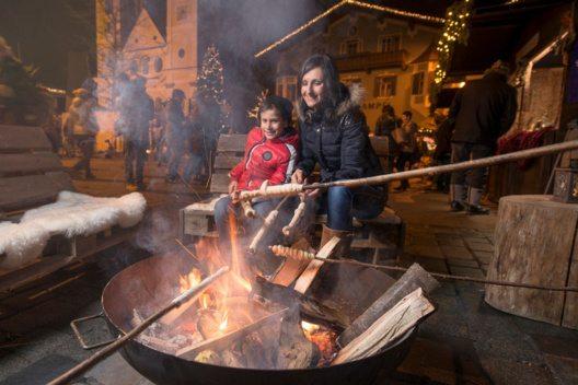 Fixpunkt auf jedem Advent in Tirol - Markt sind liebevoll ausgewählte Kinderprogramme, wie zum Beispiel in St. Johann, wo die Kinder gemeinsam Stockbrot am Lagerfeuer grillen. (Bild: Advent in Tirol / Weihnachtsmarkt St. Johann)