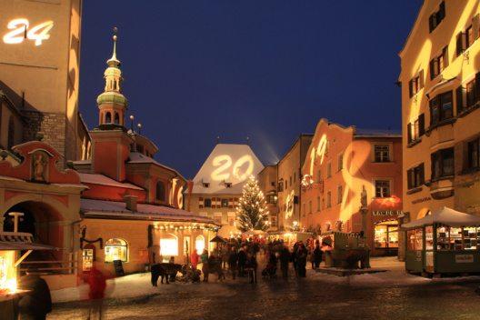 Die größte Altstadt Tirols erstrahlt ganz besonders, wenn der Haller Adventmarkt einen ganz besonderen Adventkalender auf den Häuserfassaden entstehen lässt. (Bild: Advent in Tirol / Adventmarkt Hall in Tirol – Flatscher)