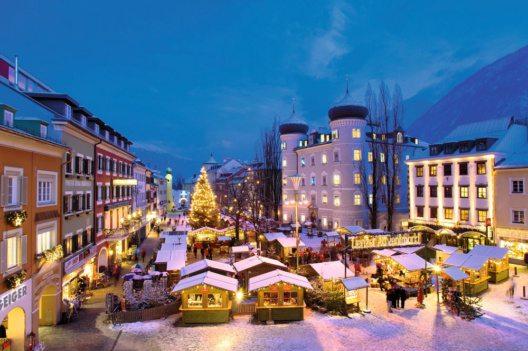 Erstrahlen beim Lienzer Adventmarkt als Adventkalender - die Fenster der Liebburg. (Bild: Advent in Tirol / Adventmarkt Lienz - Profer&Partner)