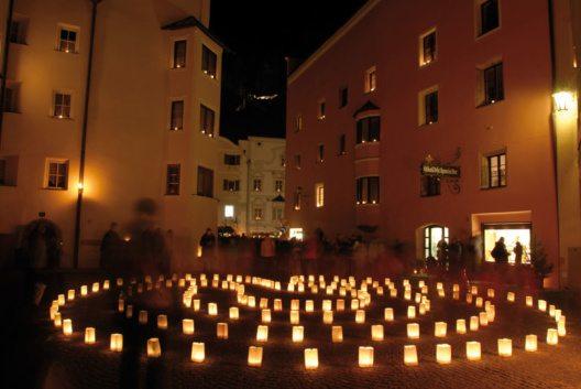 Ganz ohne Marktstände lädt der Rattenberger Advent die Besucher ein, ein besonderes Kulturprogramm zu erleben und die Händler in den Geschäften zu besuchen, die ihre Türen offen halten. (Bild: Advent in Tirol - Alpbachtal Seenland)
