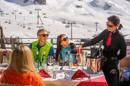 Kulinarische Hochgenüsse begeistern sonnenhungrige Frühlingsskifahrer im Alpenahaus auf 2.300m Höhe. (Bild: TVB Paznaun – Ischgl)