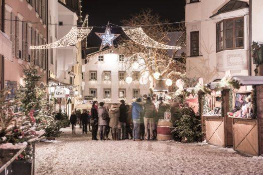 Kitzbühel, die weltberühmte Sportstadt, lädt in der malerischen Innenstadt zum Weihnachtsmarkt. (Bild: Advent in Tirol / Weihnachtsmarkt Kitzbühel – Werlberger)