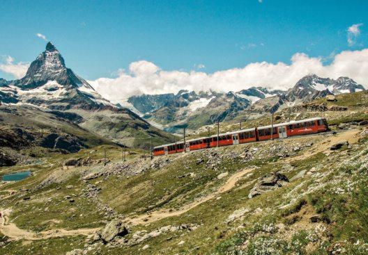 Die Gornergratbahn fuehrt von Zermatt (1616 m) auf den Gornergrat (3090 m), mit einzigartiger Panoramasicht nicht nur auf das Matterhorn (4478 m). (Bild: Schweiz Tourismus / Toni Mohr)