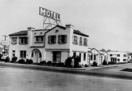 Eines der ersten Hotels: Im Jahr 1946 hat der US-amerikanische Hotelier Merrill K. Guertin mit 66 anderen Hoteliers die Marke Best Western mit Sitz in Long Beach / Kalifornien gegründet. / One of the first hotels: In 1946, the American hotelier Merrill K. Guertin joined with 66 other hoteliers to found the Best Western brand, headquartered in Long Beach / California.