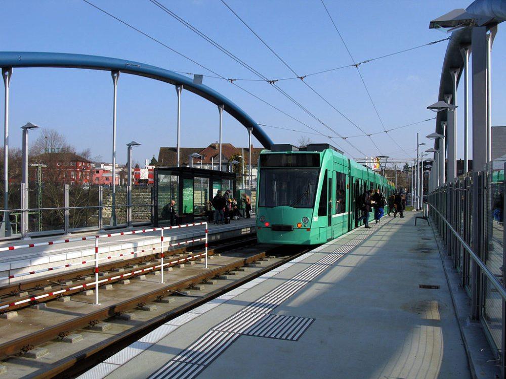 Haltestelle Weil am Rhein Bahnhof/Zentrum der Basler Tramlinie 8 (Bild: Andreas Schwarzkopf, Wikimedia, CC BY-SA 3.0)