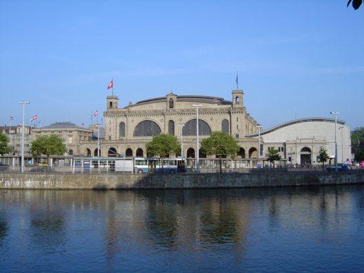 Hauptbahnhof von Zürich, vom Neumühle-Quai gesehen (Bild: © sidonius - Wikimedia, CC BY-SA 2.5)