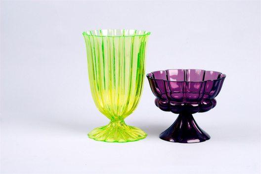 Josef Hoffmann, Becher, formgeblasen v.l.n.r.: gelbes Glas, 1923; violettes Glas, 1922. Ausführung: Böhmische Manufaktur für die Wiener Werkstätte (Bild: © MAK)