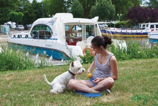 Das Haustier gehört für viele Menschen einfach dazu, und das muss sich auch im Urlaub nicht ändern. (Bild: © JJ.Bernier)