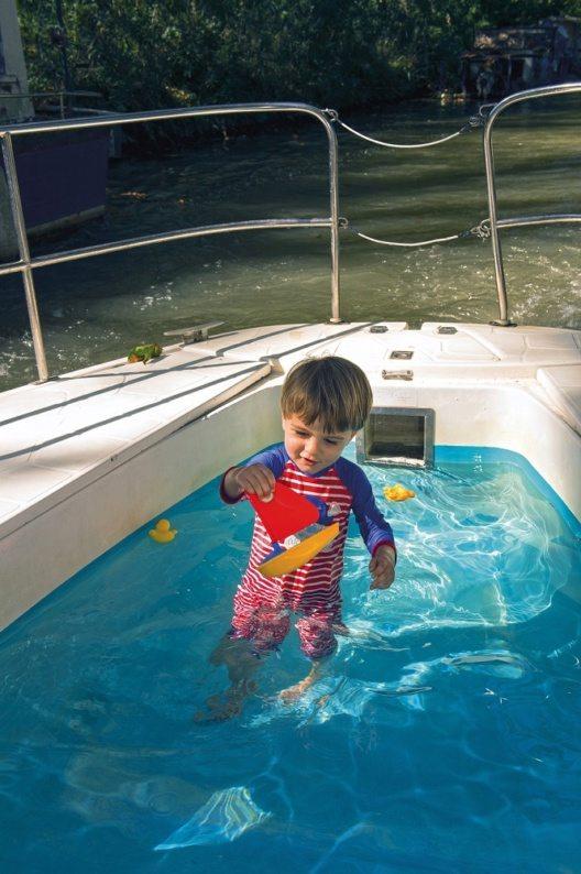 An viele Boote kann sogar ein kleiner Swimming-Pool angehängt werden. (Bild: © M.Howorth)
