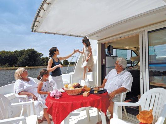 Ruhig und gemütlich von einem schönen Ort zum nächsten reisen? Eine Bootstour macht es möglich. (Bild: © Nicols-JJ.Bernier)