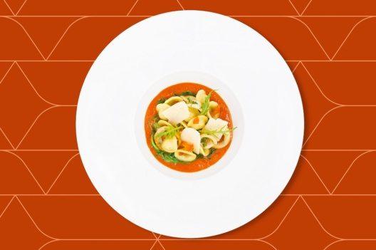Orecchiette mit Tintenfisch und Rucola, mit Koriander gewürzte Tomaten