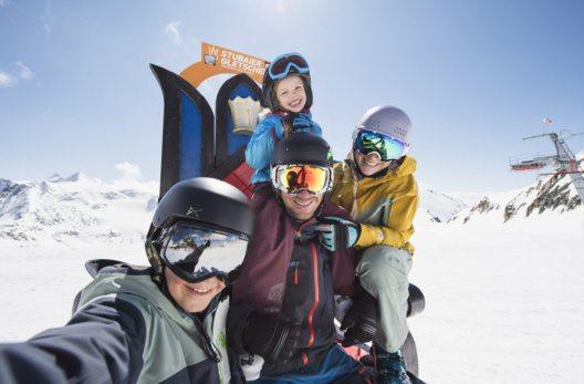 Familie am Thron des Stubaier Gletschers (Bild: Stubaier Gletscher/Andre Schönherr)