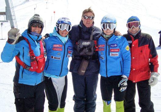 Pistenchef Jürg Tarmann (Mitte) mit dem slowenischen Ski-Team (Bild: Hintertuxer Gletscher)