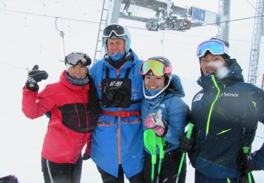 Skifahrer aus 57 Nationen trainieren auf dem Hintertuxer Gletscher – immer koordiniert von Jürg Tarmann. (Bild: Hintertuxer Gletscher)