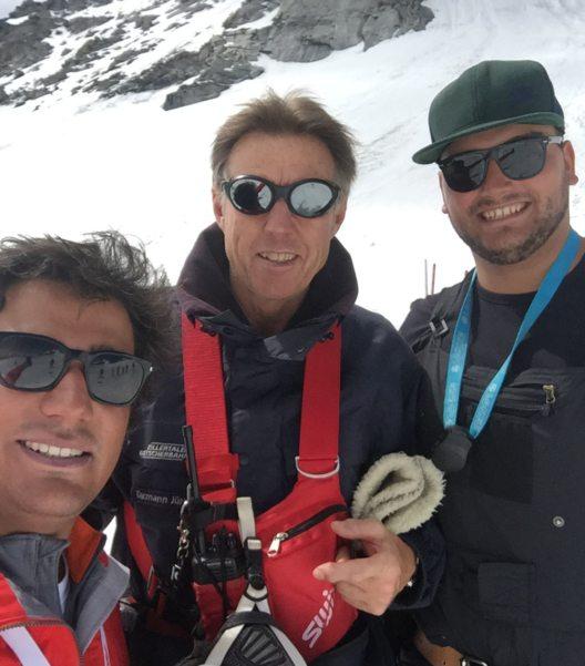 Jürg Tarmann (Mitte), Pistenchef auf dem Hintertuxer Gletscher, mit Vertretern des Skiclubs Torrecerredo (Bild: Hintertuxer Gletscher)