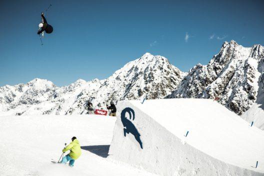 Im Snowpark Kaunertal filmt Flo Achenrainer die Tricks und Sprünge der Snowboarder und Freeskier. (Bild: Christoph Schöch, KTO)