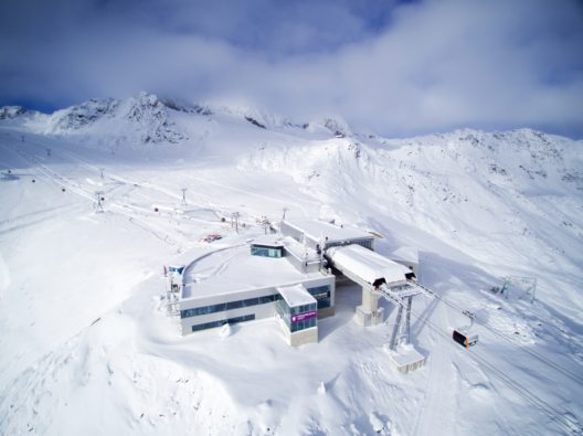 Die Bergstation der neuen Eisgratbahn wurde umgebaut und angepasst. Nach wie vor ist hier das vom Gault-Millau-Guide 2016 mit 15 Punkten und zwei Hauben prämierte Gourmetrestaurant Schaufelspitz untergebracht.
