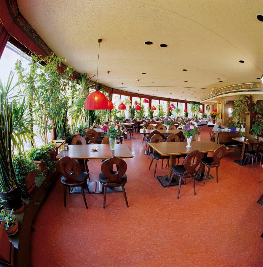 Vom Panorama-Restaurant aus haben die Gäste einen prächtigen Ausblick auf die Reussebene und die Urner Bergwelt.