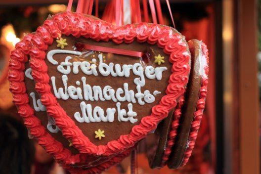 Weihnachtsmarkt in Freiburg (Bild: marcin_szmyd – istockphoto.com)