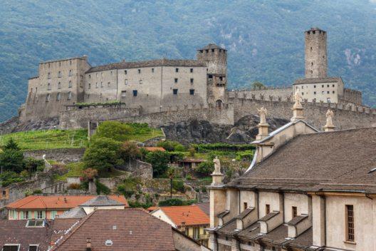 Positive Zwischenbilanz des Burgenbesuchs in Bellinzona (Bild: © Lev Levin - shutterstock.com)
