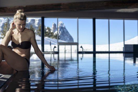 Das wohlig warme Wasser der Infinity-Pools auf der Seiser Alm schenkt Momente voller Entspannung und Ruhe. (Bild: Südtirol Marketing)