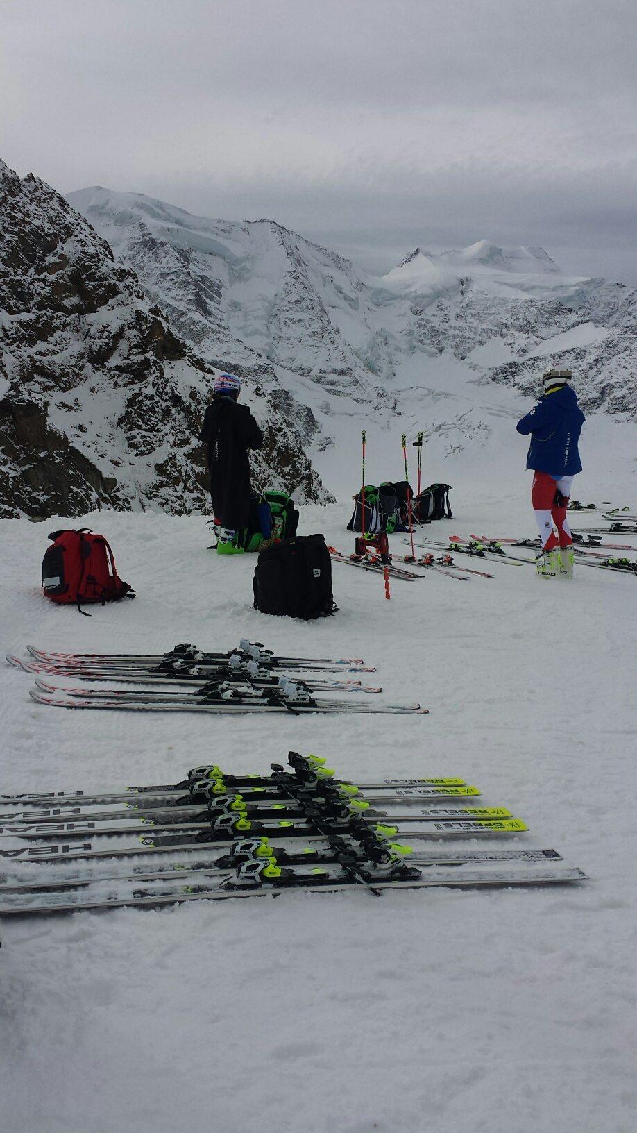 Team von Swiss Ski mit ihren Skiern (Bild: © Engadin St. Moritz Mountains AG)