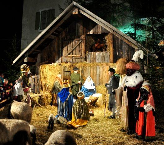 """Der Andechser Christkindlmarkt ist bekannt für seine Darstellung der Heiligen Nacht als """"lebende Krippe"""" mit echten Menschen. (Bild: © Gemeinde Andechs)"""