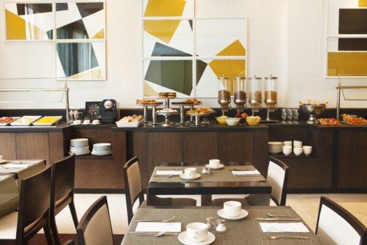 Im Vier-Sterne-Haus Grupotel Gran Via 678 starten Urlauber mit einem grossen Frühstücksbuffet in den Tag. (Bild: © Grupotel Hotels & Resorts)
