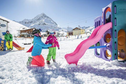 Im Jänner gibt es während der Familien Hit Wochen im Kühtai speziell für Familien mit kleinen Kindern tolle Konditionen, bei denen Kinder bis sechs Jahre gratis urlauben. (Bild: Innsbruck Tourismus/ Zangerl)