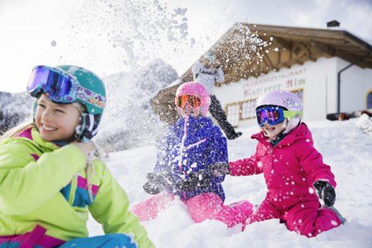 Das Skigebiet Muttereralmpark hat sich ganz auf die Bedürfnisse von Familien mit Kindern spezialisiert. (Bild: Innsbruck Tourismus)