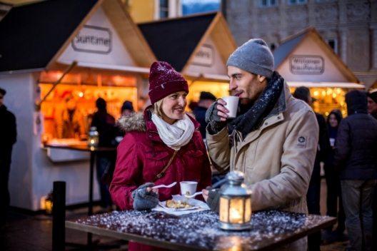Gehört zu einem Besuch am Christkindlmarkt immer dazu: Kiachl mit Kraut oder Preiselbeeren. (Bild: © Innsbruck Tourismus/ Zangerl)