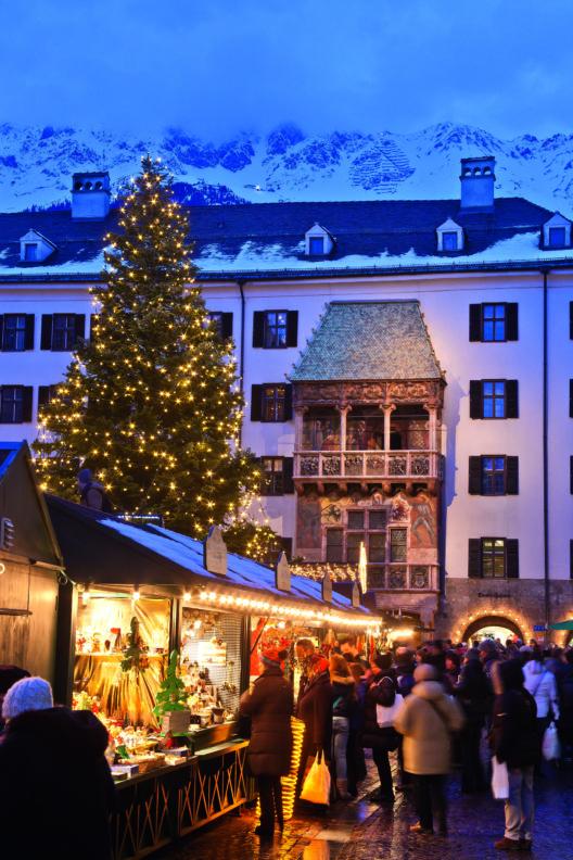 Der Christkindlmarkt in der Innsbrucker Altstadt am Fuße des Goldenen Dachls. (Bild: © Innsbruck Tourismus/ Lackner)