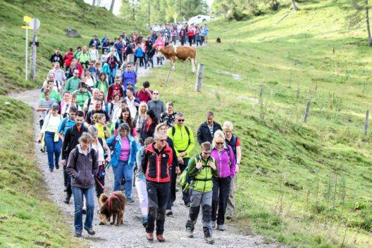 Jährlich nehmen hunderte Fans an der organisierten Wanderung zu den Originalschauplätzen der Serie in Ramsau am Dachstein teil. (Bild: Martin Huber)