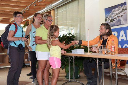 Die Autogrammkarten der Hauptdarsteller, wie hier Sebastian Ströbel, sind bei den Fans in Ramsau besonders begehrt. (Bild: Martin Huber)