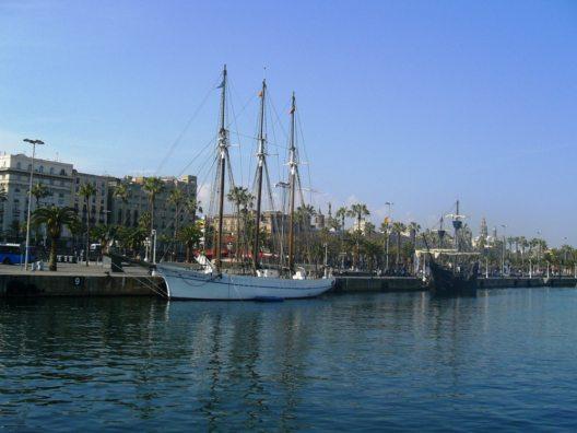 Vom Hafen spazieren Barcelona-Urlauber etwa eine Viertelstunde zum Stadtstrand Playa de la Barceloneta. (Bild: © AHM PR)
