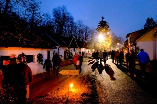 Weihnachtsspezialitäten locken zum Advent in die Kellergasse in Hadres/Weinviertel. (Bild: © Weinviertel Tourismus/Astrid Bartl)