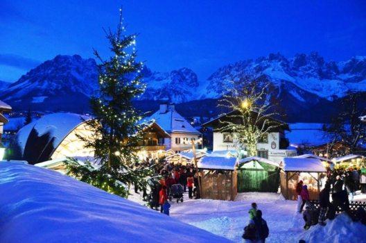 Der Weihnachtsmarkt auf dem Goinger Kirchplatz wird umrahmt von der Kulisse des Wilden Kaisers in Tirol. (Bild: © TVB Wilder Kaiser)